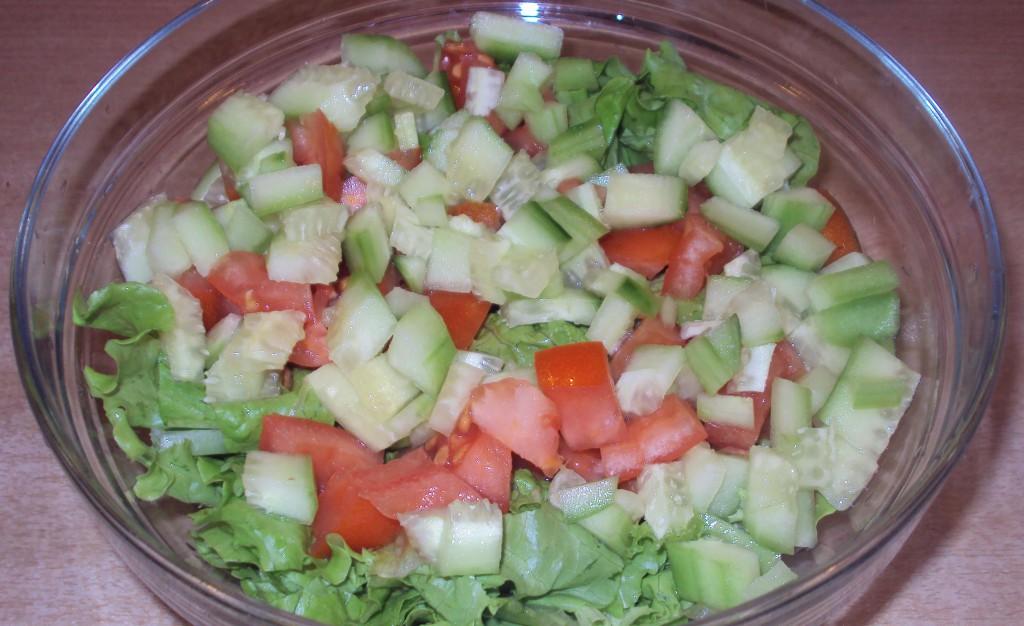 вкусный салат с кусочками овощей