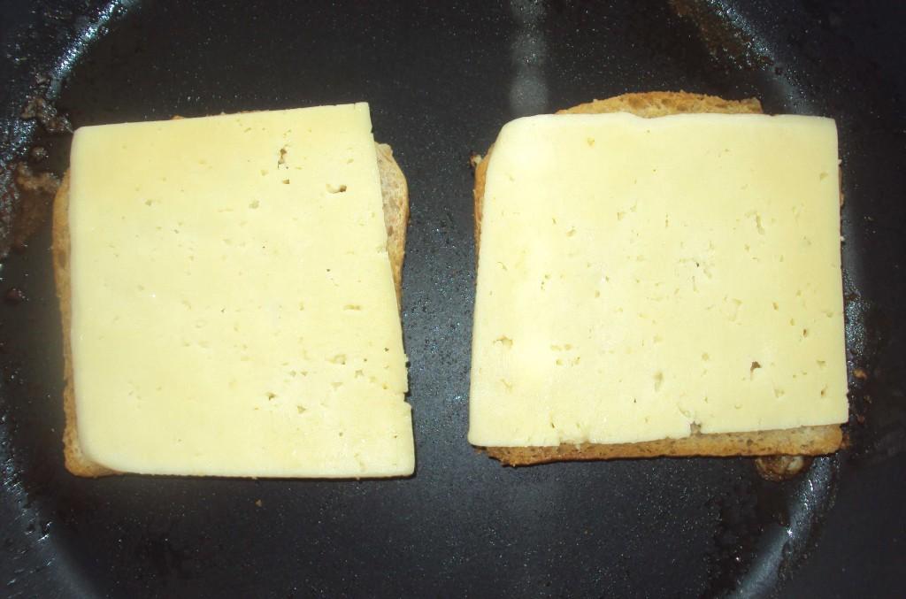 сыр на хлебе