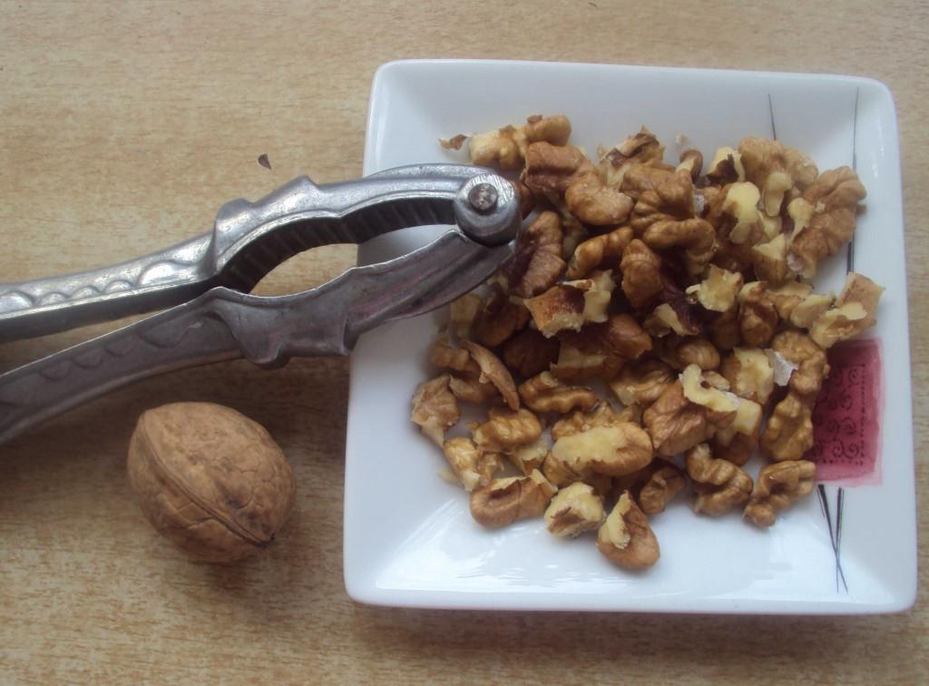почистить орешки