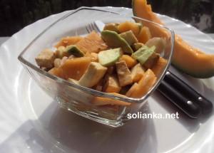 Летний салат из дыни, авокадо и моцареллы