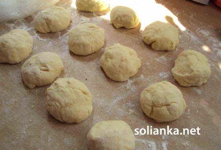 формирование булочек из дрожжевого теста
