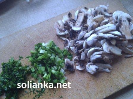нарезанные грибы для свиного языка