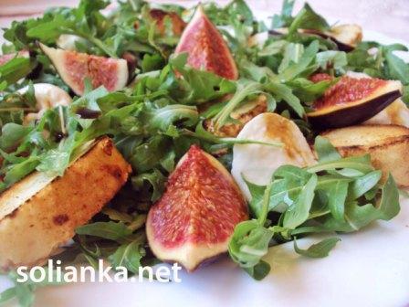 салат овощной с моцареллой и сыром моцарелла