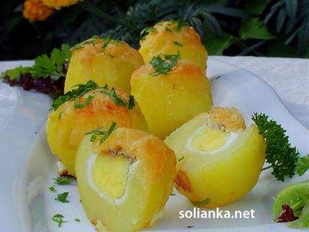 запеченная картошка с яйцами и сыром в духовке