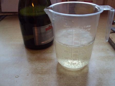 шампанское в мерном стакане