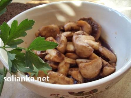 готовые маринованные грибы в тарелочке