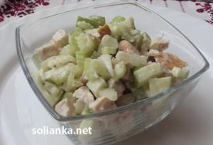 Салат из стеблей сельдерея с яблоком и курицей