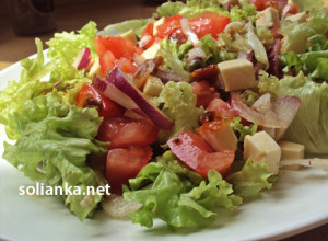 Овощной салат с вялеными помидорами