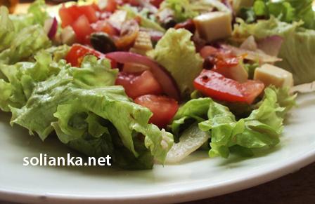 подача салата с вялеными помидорами