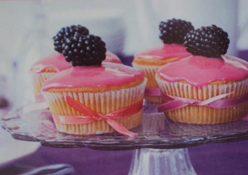 капкейки с розовой помадкой
