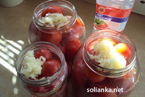 чеснок добавляется в  банки с помидорами