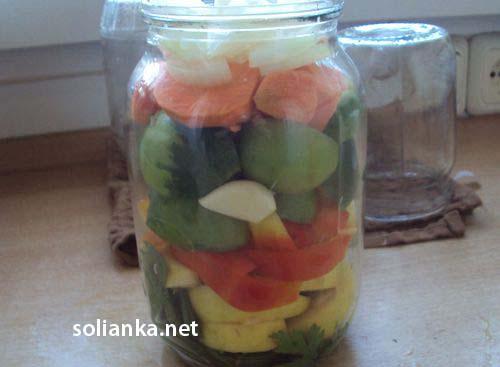 уложенные овощи в банке