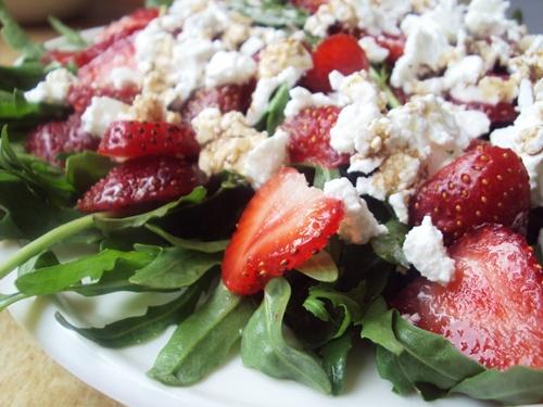Легкий салат на ужин – руккола и клубника