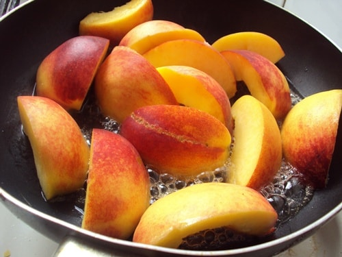 салат с рукколой и жареными персиками