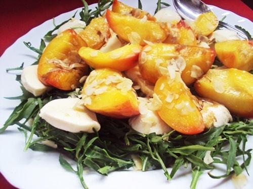 выложить салат с рукколой и персиками на тарелку